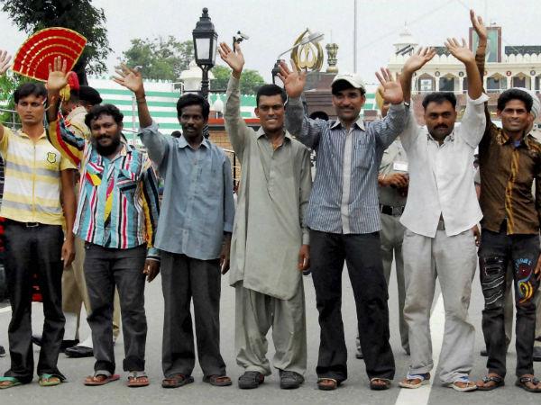 Pakistan hands over 337 prisoners to India