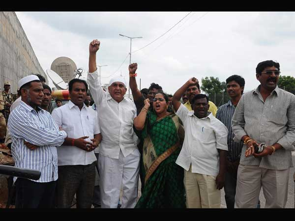 Supporters of Jagan continue their fight