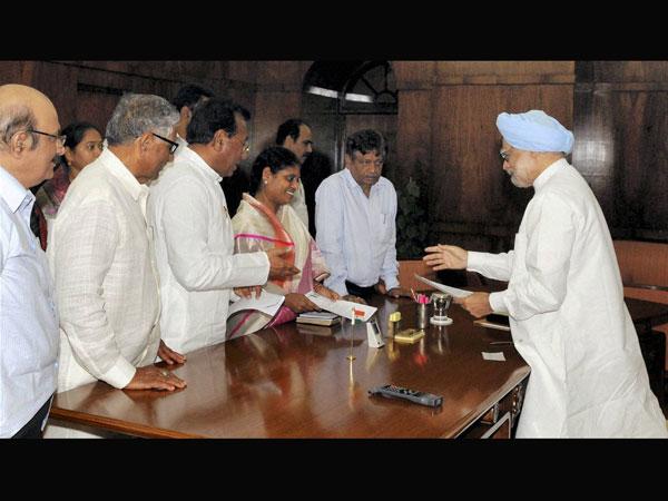Telangana issue: Vijayamma writes to PM