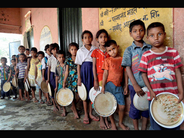 Students fall ill eating midday meal