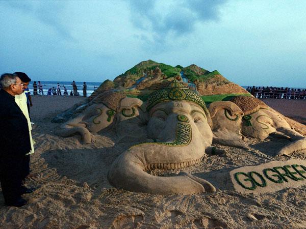 Puri:Prez visits Go Green sand sculpture