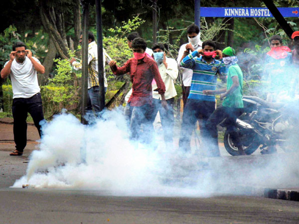 Hyd: Students clash with policemen