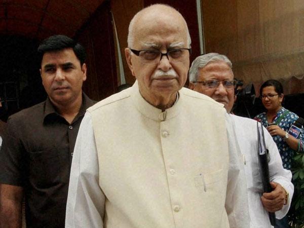 Advani praises Modi for development