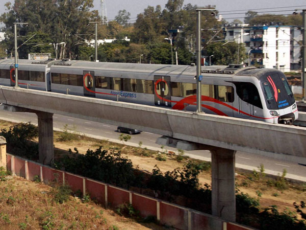 Delhi Metro: Couples find shade in rooms