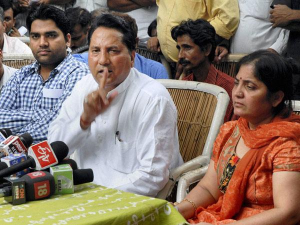 Babulal Nagar with wife