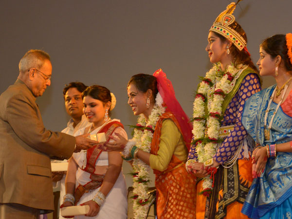 President greets the performers