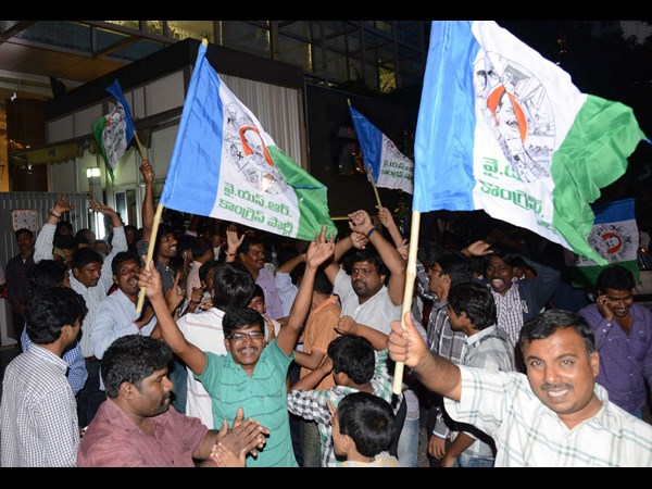 Jagan's fans gather outside Hyderabad Jail
