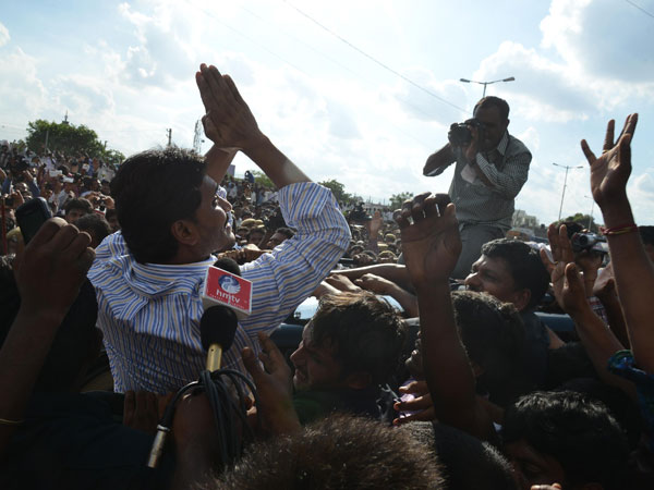 Jagan waves appreciating support by followers