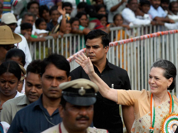 Sonia amid Congress supporters