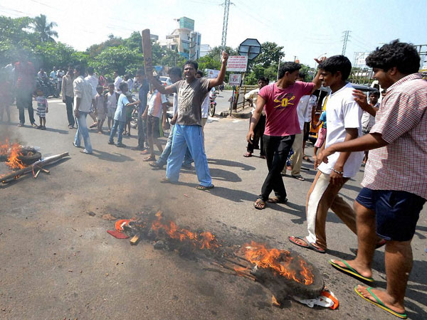 Power employees strike against AP divide