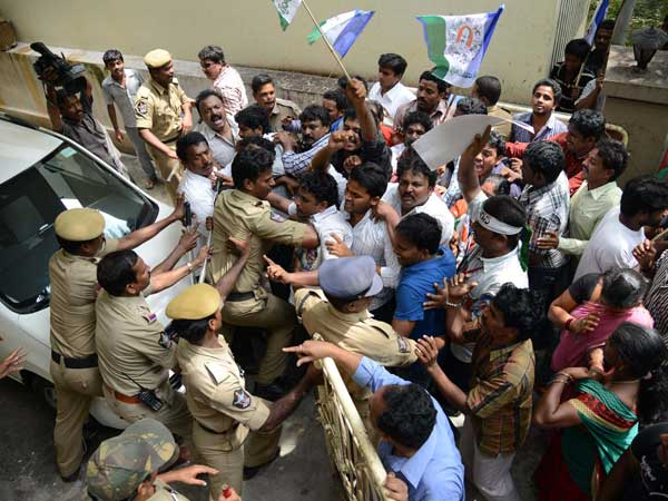 Police personnel take on YSR Congress supporters