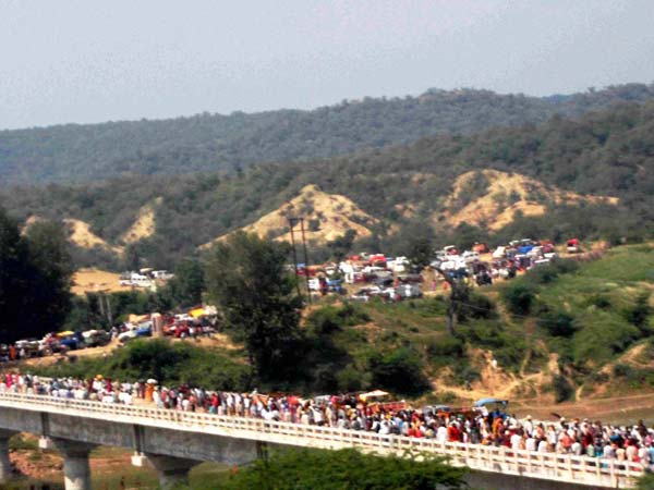 Pilgrims heading towards the Ratangarh temple