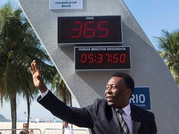 Pele launches book, breaks down