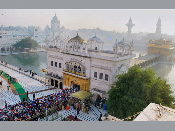 Devotees paying obeisance at Golden Temple