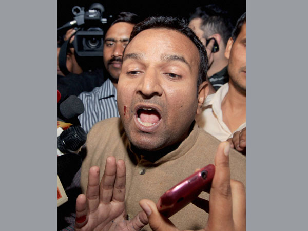Man who threw ink at Kejriwal released on bail