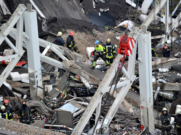 47 dead in supermarket roof collapse