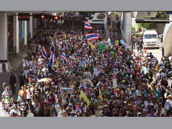Thai protest: Friendly cops welcome people with roses, tension eases