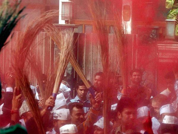 Congress workers in Bihar take up brooms, clean city; AAP effect?