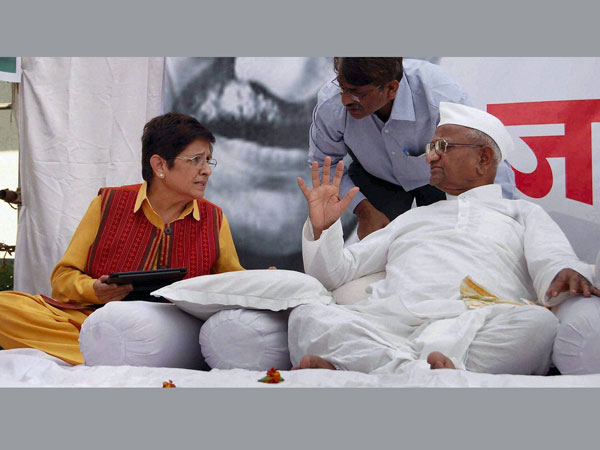 Hazare thanks Rahul for Lokpal commitment; fast enters 8th day