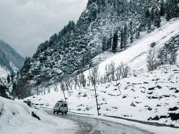 Season's first snowfall in Shimla-Manali