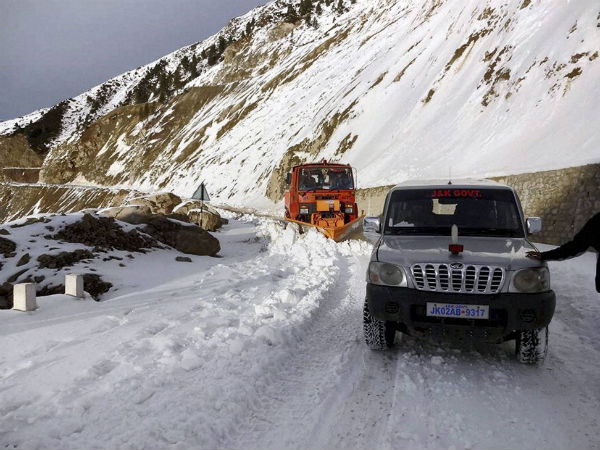 Kashmir Valley cut off for 2nd day after heavy snowfall