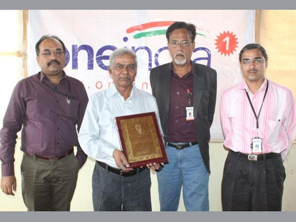 Oneindia felicitates S R Hiremath as Karnataka Person of the Year