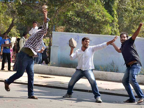 Pro-Telangana students clash with cops