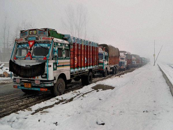 Snowfall: Srinagar-Jammu highway closed