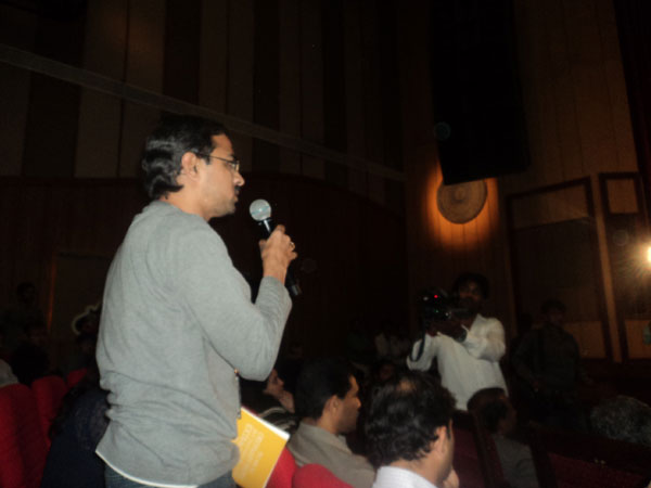 Oneindia reporter asking a question to Nandan Nilekani