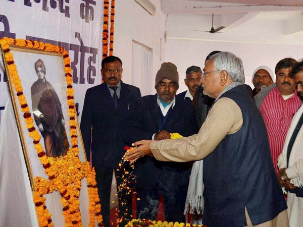 Nitish Kumar offers floral tribute