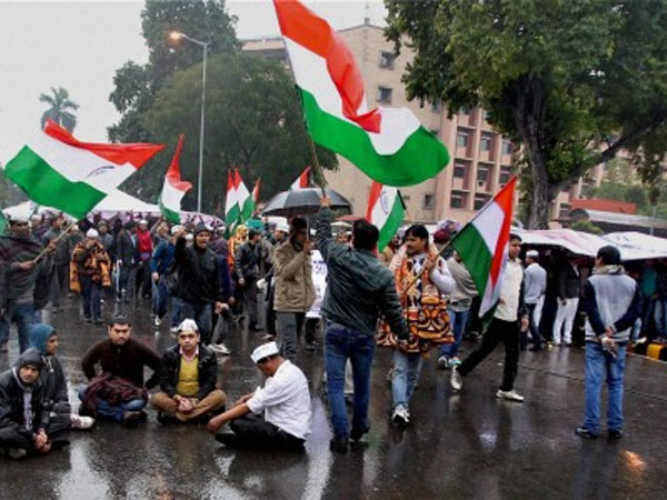 Delhi gripped in rain and cold weather