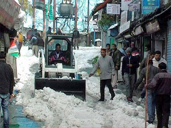 Snow clearing in Mussoorie