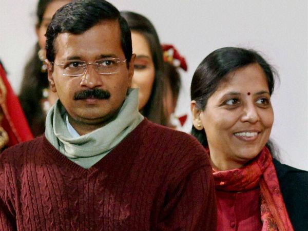 Kejriwal meets Anna at Maharashtra Sadan
