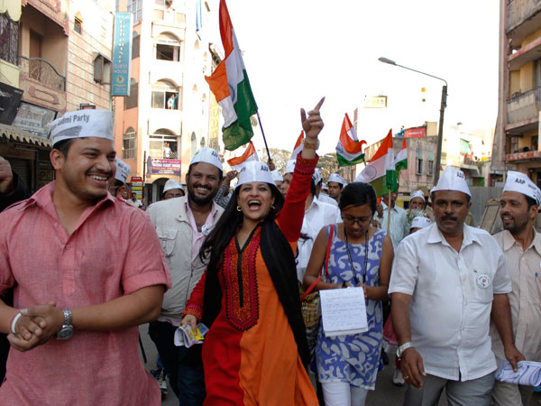 Shazia shouting AAP slogans during awareness campaign