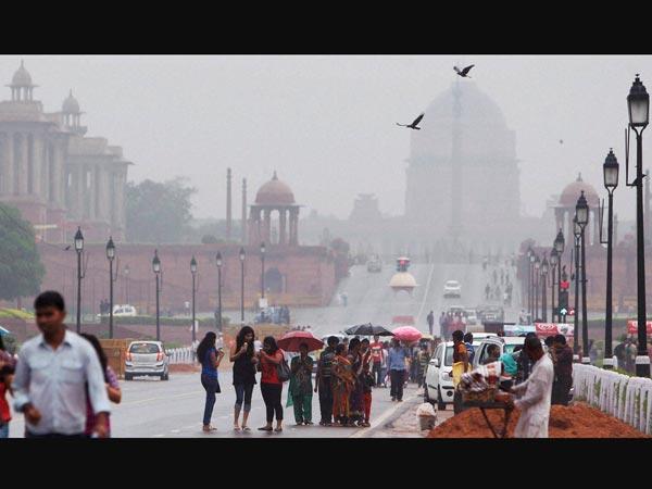 Showers hit peak hour traffic in Delhi