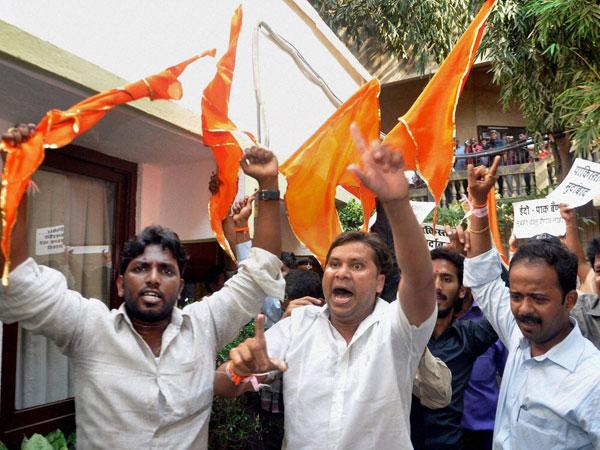 Shiv Sena attacks ward officer in Mumbai