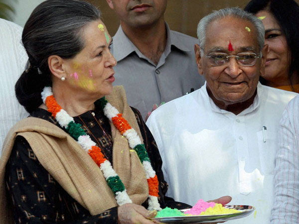 Sonia Gandhi celebrates with party leaders on the occassion of 'Holi'