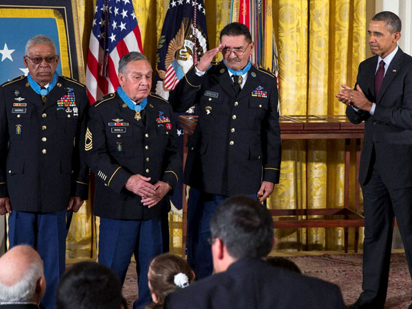 Obama awards Army veterans