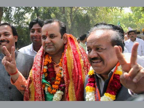 Delhi: Harsh Vardhan files nomination