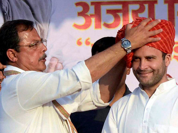 Rahul Gandhi being welcomed by party candidate Ajay Singh