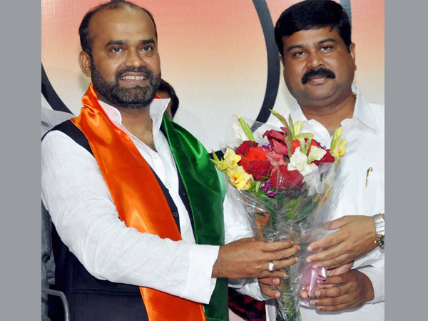 JDU leader Sabir Ali (L) joins BJP in New Delhi