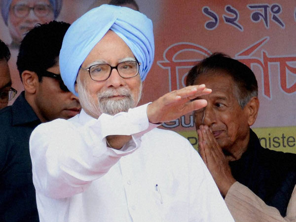 Prime Minister Manmohan Singh waves towards the crowd