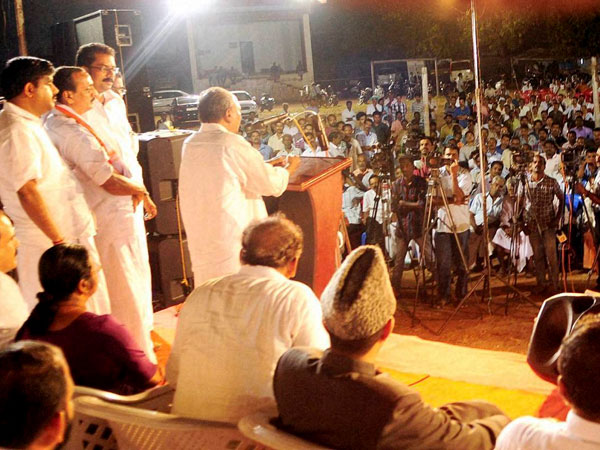 AK Antony addressing a UDF election rally in Kozhikode