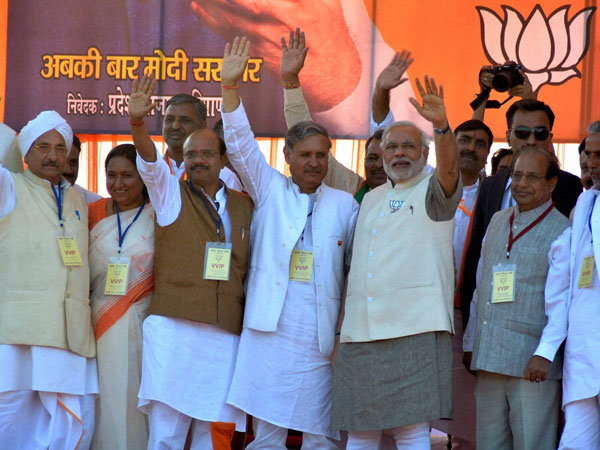 Narendra Modi with party candidate Rao Inderjit Singh