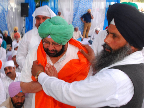 Amritsar Captain Amarinder Singh bring felicitated by party worker