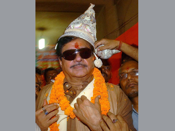 BJP candidate Shatrughan Sinha is offered a cap
