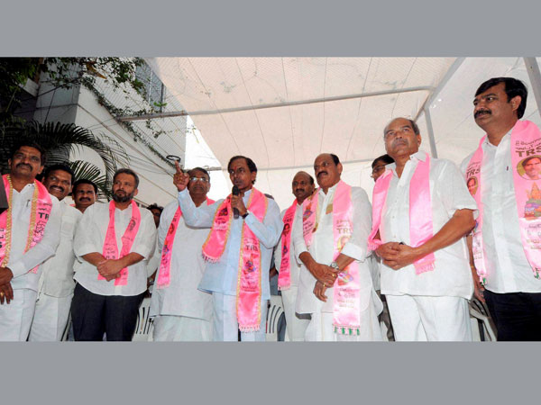 ajireddy Govardhan of YRS Congress party and G. Krishna join TRS in presence