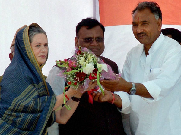 Sonia Gandhi being felicitated by party workers