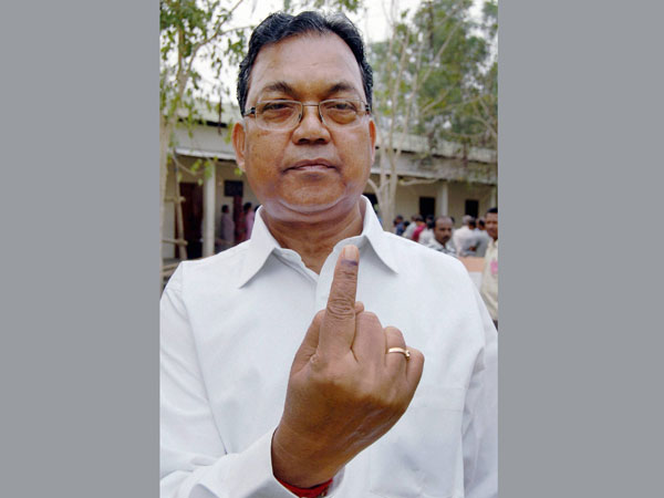 Pagan Singh Ghatowar showing his mark after casting vote