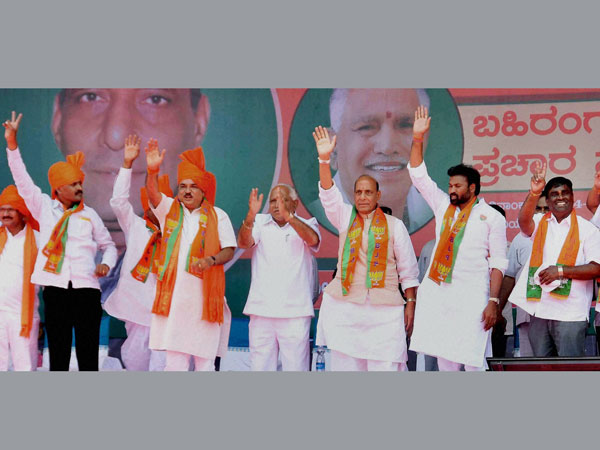 Rajnath Singh with BS Yeddyurapp and other leaders at an election meeting